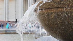 Люди фонтана танцуют городское выражение счастливое сток-видео