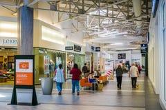 Люди ходя по магазинам на большом моле, Milpitas Стоковое Фото