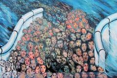 Люди через Берлинскую стену стоковые фотографии rf