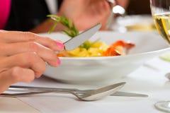 Люди штрафуют обедать в шикарном ресторане Стоковые Изображения