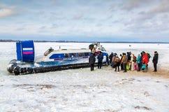 Люди Embarkation на ховеркрафте Нептуна пассажира на ic стоковое изображение rf