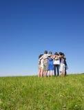 люди huddle группы поля стоковые фотографии rf