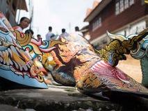 Люди Khon животиков Phi фестиваля призрака наслаждаются wi костюмов стоковое фото