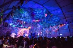 Люди partying на партии Elrow стоковая фотография rf