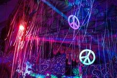 Люди partying на партии Elrow стоковые изображения rf