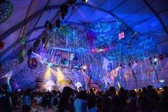 Люди partying на партии Elrow стоковое изображение rf