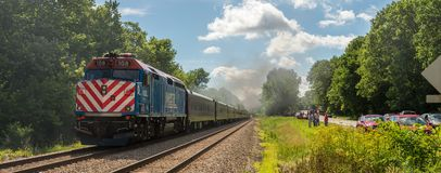 Люди railfanning проходить дороги 765 плиты никеля Стоковое Изображение RF