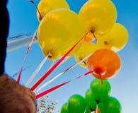 Людоед руки держа воздушные шары для детей Стоковые Фотографии RF