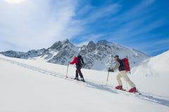 2 люд альпинистов лыжи Стоковая Фотография