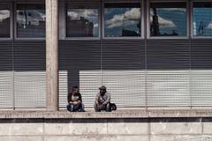 2 люд беседуя пристанью Стоковые Изображения