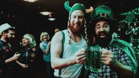 2 люд выпивая пиво Концепция дня ` s St. Patrick стоковое фото rf
