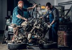 2 люд в гараже Стоковое Изображение