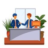 2 люд в костюме говоря на таблице в офисе стоковые фото