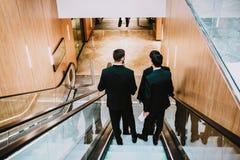 4 люд в костюме в торговом центре или buisnes центризуют стоковое фото