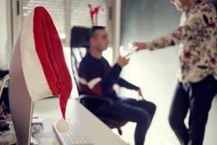 2 люд в рождественской вечеринке офиса Стоковое Фото
