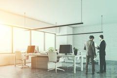 2 люд говоря в белом угле офиса открытого пространства Стоковые Фото