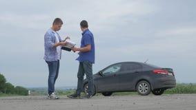 2 люд делают дело Приобретение или арендует автомобиль продажа страхования автомобилей концепции подержанных автомобилей 4K сток-видео