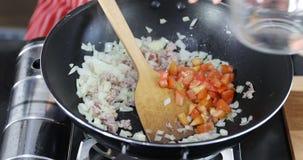 2 люд делают еду в кухне совместно сток-видео