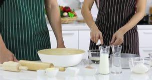 2 люд делая пекарню в кухне видеоматериал