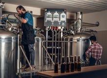 2 люд заваривая пиво в микропивоваренном заводе ремесла Стоковое Фото