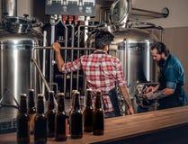 2 люд заваривая пиво в микропивоваренном заводе ремесла Стоковое фото RF