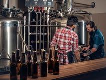 2 люд заваривая пиво в микропивоваренном заводе ремесла Стоковые Изображения