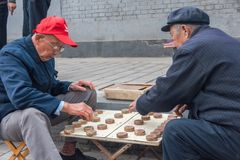 2 люд играют Xiangqi, китайский шахмат, на улице, Пекин Стоковое фото RF