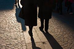 2 люд идут на заход солнца в старой улице Стоковые Изображения