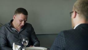 2 люд имеют обед поговорить внутри прекращают сидеть на кафе внутри помещения видеоматериал