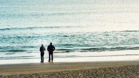 2 люд на рыбной ловле пляжа Стоковые Фотографии RF