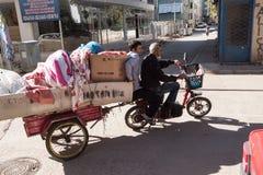 2 люд на электрической кресло-коляске с трейлером Стоковые Изображения