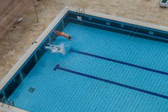 2 люд ныряют в бассейн, взгляд от верхней части Стоковая Фотография RF