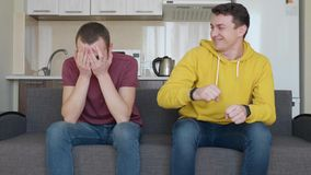 2 люд смотрят футбольный матч по телевизору видеоматериал