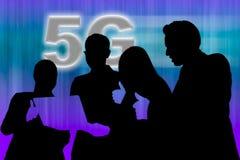 4 люд смотря ноутбук и поднимая большой палец руки вверх для результата сети 5G стоковые изображения