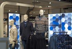 3 люд фасонируют figurine одетый в вешалках swaeter с рубашкой стоковая фотография