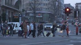 Люксембург 31-ое марта 2019 Пешеходный переход с идя людьми видеоматериал