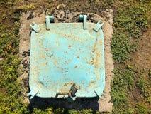 Люк утюга в земле стоковое изображение