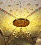 Люстра на красивом потолке стоковые изображения rf
