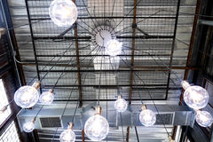 Люстра потолка паука просторной квартиры Стоковое Изображение RF