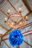 Люстра с украшениями голубой бумаги Стоковое Фото