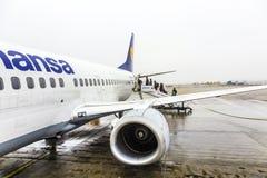 Люфтганза Боинг 737 готовый для восхождения на борт Стоковое Изображение