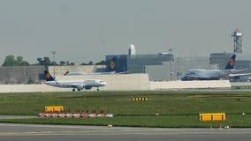 Люфтганза A380 приняла от авиапорта Франкфурта, FRA сток-видео
