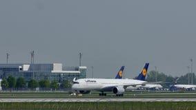 Люфтганза строгает делающ такси в авиапорте Мюнхена, MUC видеоматериал