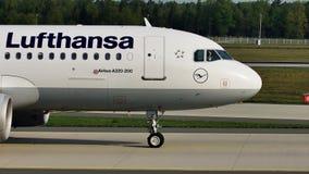 Люфтганза строгает делающ такси в авиапорте Франкфурта, FRA Взгляд конца-вверх летного обслуживающего персонала
