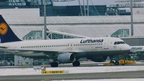 Люфтганза строгает делающ такси в авиапорте MUC Мюнхена акции видеоматериалы