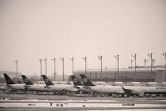 Люфтганза строгает на терминальном стробе в авиапорте Мюнхена, снеге Стоковая Фотография RF