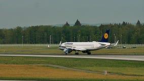 Люфтганза строгает посадку и самолет перепада ездя на такси в авиапорте Франкфурта, FRA акции видеоматериалы
