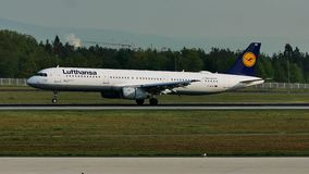 Люфтганза строгает посадку на авиапорте Франкфурта, FRA сток-видео