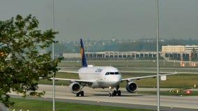 Люфтганза строгает посадку на авиапорте Франкфурта, FRA акции видеоматериалы
