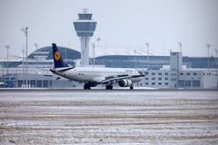 Люфтганза CityLine Embraer ERJ-195 D-AEMD в авиапорте Мюнхена Стоковые Изображения RF